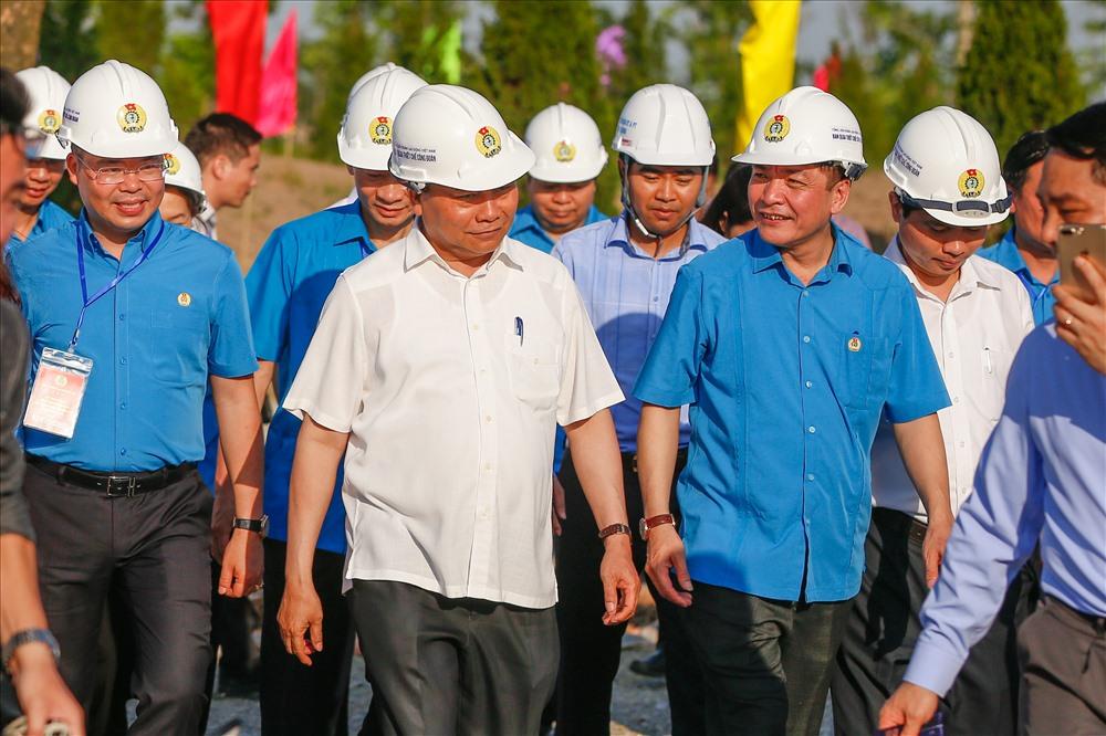 Thủ tướng Nguyễn Xuân Phúc cùng Chủ tịch Tổng LĐLĐVN thị sát quá trình xây dựng tại khu thiết chế.