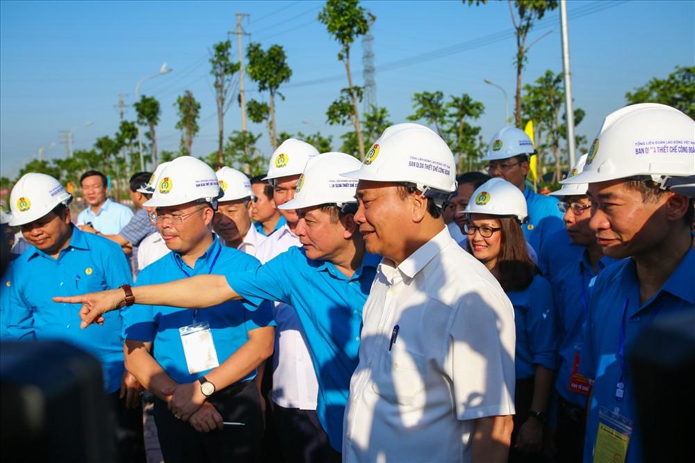 Chủ tịch Bùi Văn Cường giới thiệu với người đứng đầu Chính phủ các công trình dịch vụ, hạ tầng xã hội thuộc dự án gồm: Nhà thi đấu Đa năng quy mô 500 chỗ; quảng trường với sức chứa 5000 người; siêu thị, phòng khám, nhà thuốc...