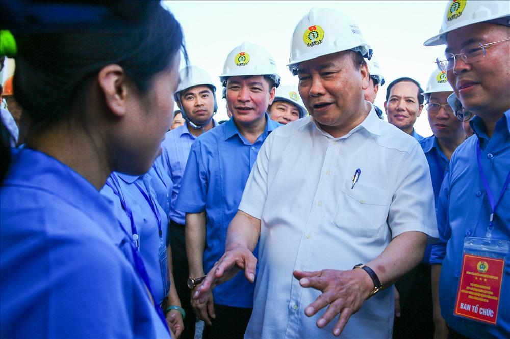 Gặp gỡ các công nhân trong khu công nghiệp, Thủ tướng ân cần thăm hỏi mức lương, chế độ đãi ngộ của các doanh nghiệp dành cho người lao động...