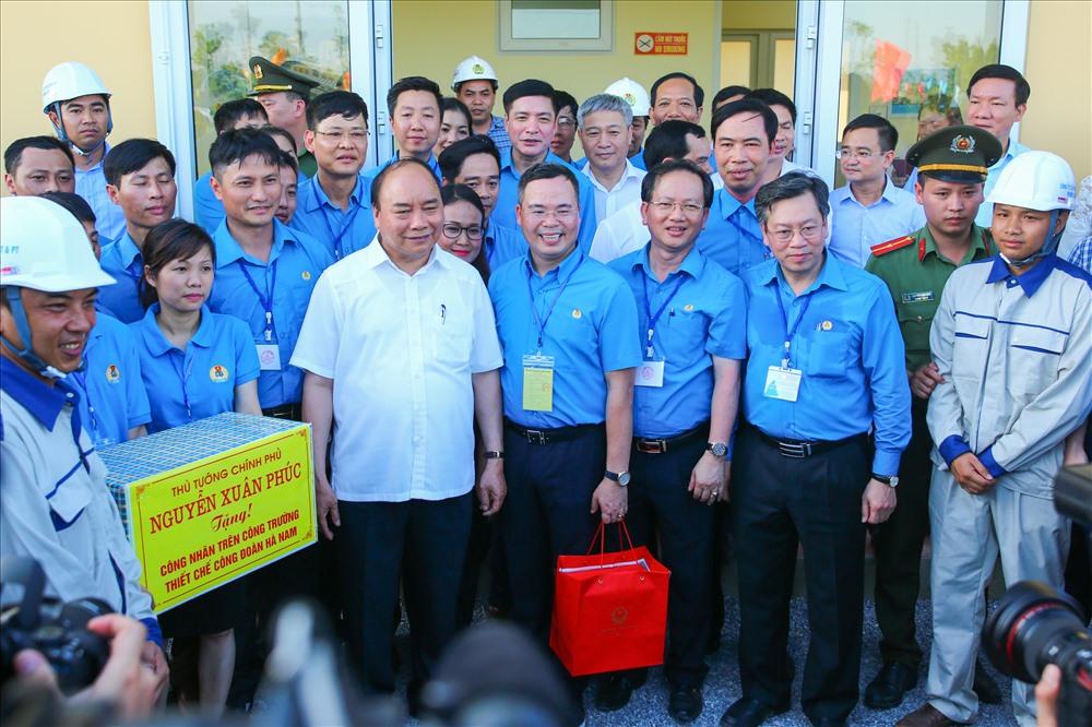 Thủ tướng trao quà cho công nhân trên công trường xây dựng khu thiết chế.
