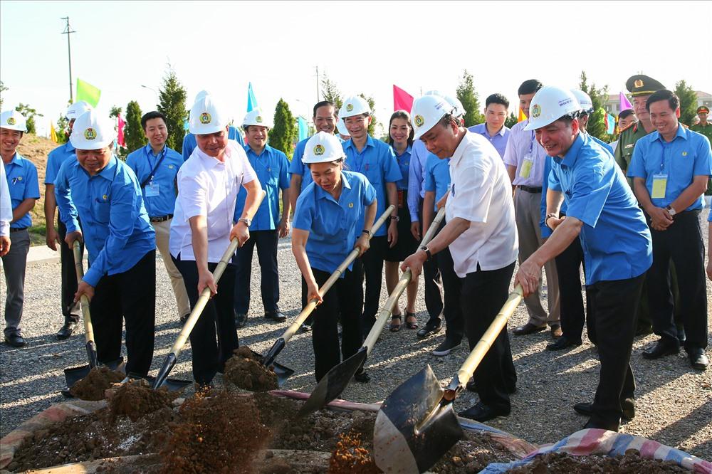 Thủ tướng Nguyễn Xuân Phúc và Chủ tịch Bùi Văn Cường trồng cây lưu niệm tại khu thiết chế Công đoàn
