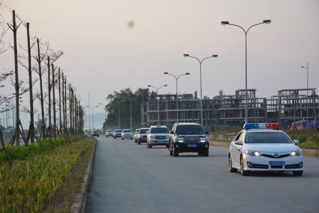 Các đồng chí lãnh đạo tỉnh, đại biểu tham quan tuyến đường phía Nam khu đô thị mới Thành phố.