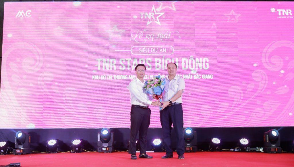 Đại diện chủ đầu tư trao hoa cảm ơn sự quan tâm – chỉ đạo của lãnh đạo huyện Viêt Yên