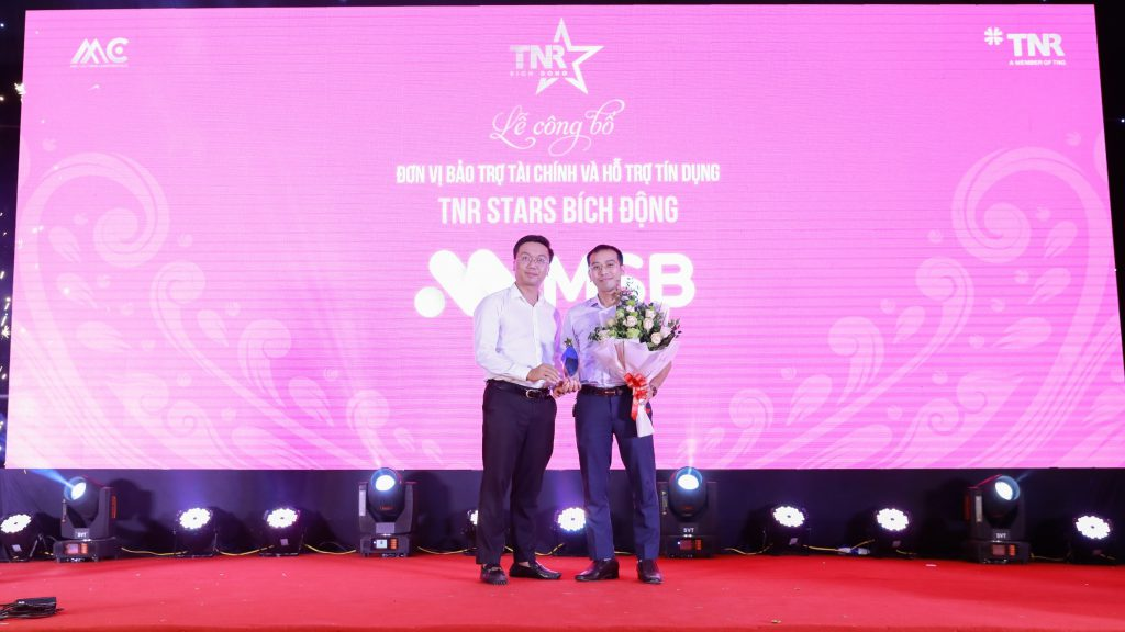 Đại diện chủ đầu tư trao biểu trưng cho đơn vị bảo trợ tài chính cho dự án – Ngân hàng TMCP Hàng Hải (MSB)