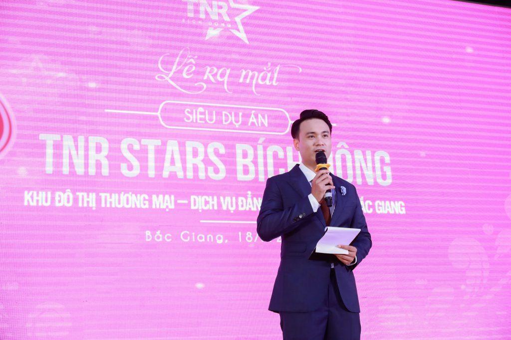 MC Lâm Phương giới thiệu chương trình