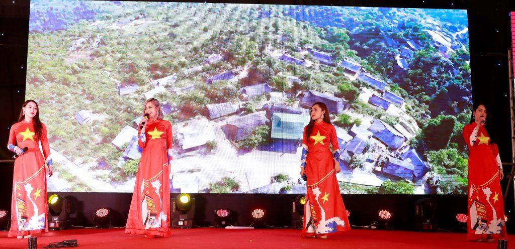 Nhóm The Girls với tiết mục Tiến lên Việt Nam
