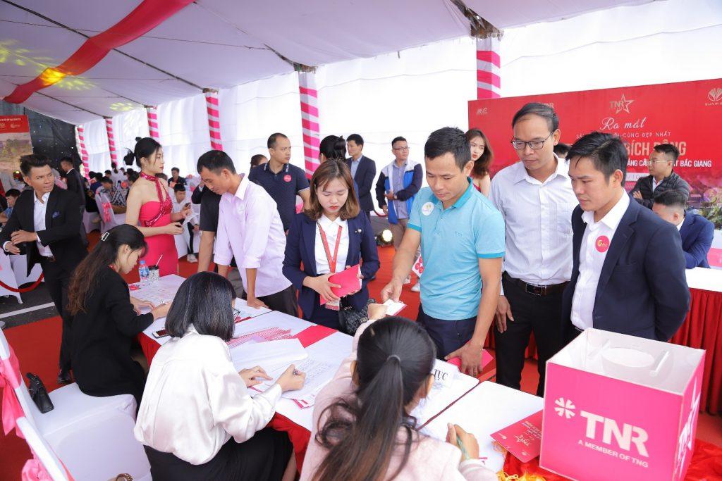 Đông đảo bà con huyện Việt Yên đăng ký tham quan dự án TNR Stars Bích Động