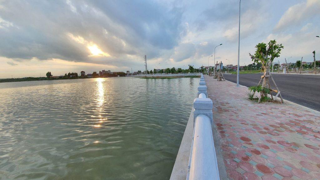 Công viên hồ điều hòa 6.5 ha trung tâm dự án đã hoàn thiện kè hàng rào đá xanh