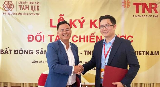 Từ trái sang: Đại diện Sàn bất động sản Tâm Quê và đại diện TNR Holdings Vietnam bắt tay cho mối quan hệ đối tác chiến lược
