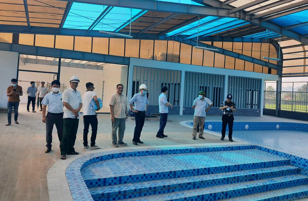 Lãnh đạo chính quyền địa phương tham quan và giám sát bàn giao khu thể thao liên hợp dưới nước được xây dựng tại TNR Stars City Lục Yên.