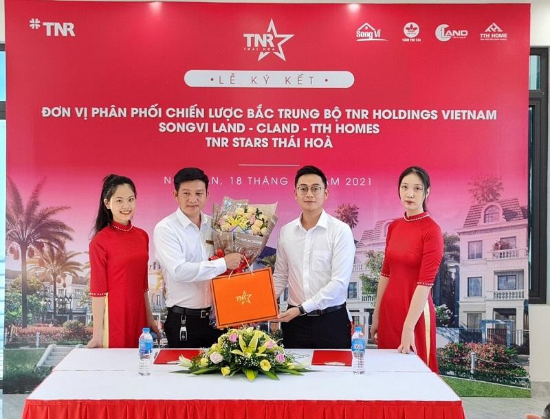 Ông Trần Quốc Bảy, Phó Tổng giám đốc, đại diện đơn vị phân phối Songvi Land ký kết hợp tác chiến lược khu vực Bắc Trung Bộ và phân phối độc quyền cấu phần ShopVilla dự án TNR Stars Thái Hòa.