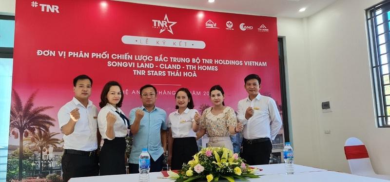 Ông Bùi Văn Hải, Chủ tịch hệ sinh thái Tâm Trí Tài Group cùng ban lãnh đạo của Songvi Land thể hiện quyết tâm chinh phục dự án TNR Stars Thái Hòa và thị trường bất động sản Bắc Trung Bộ.