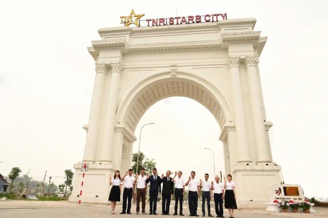 Đại diện lãnh đạo tỉnh, địa phương cùng chủ đầu tư gắn biển công trình chào mừng thành công Đại hội đảng bộ tỉnh Yên Bái tháng 4/2021 tại cổng chào dự án TNR Stars City Lục Yên