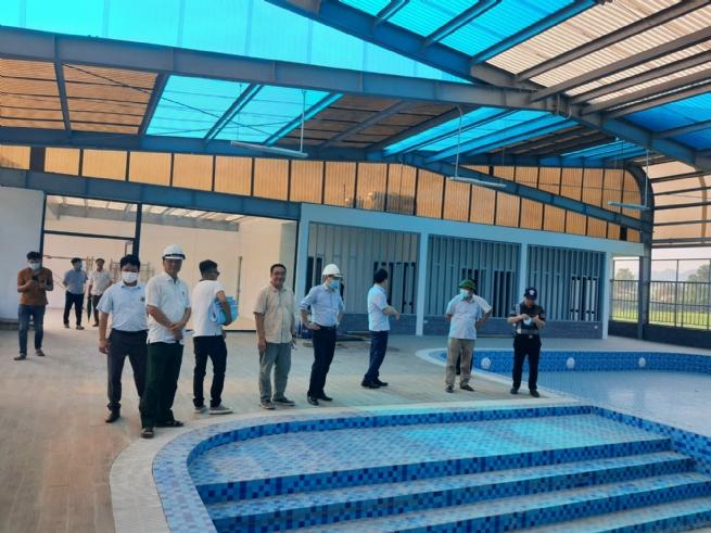 Lãnh đạo chính quyền địa phương tham quan và giám sát bàn giao khu thể thao liên hợp dưới nước được xây dựng tại TNR Stars City Lục Yên